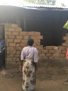 Det här är en bild tagen för någon vecka sedan, hela huset såg ut på liknande vis och familjen bodde under presseningar.